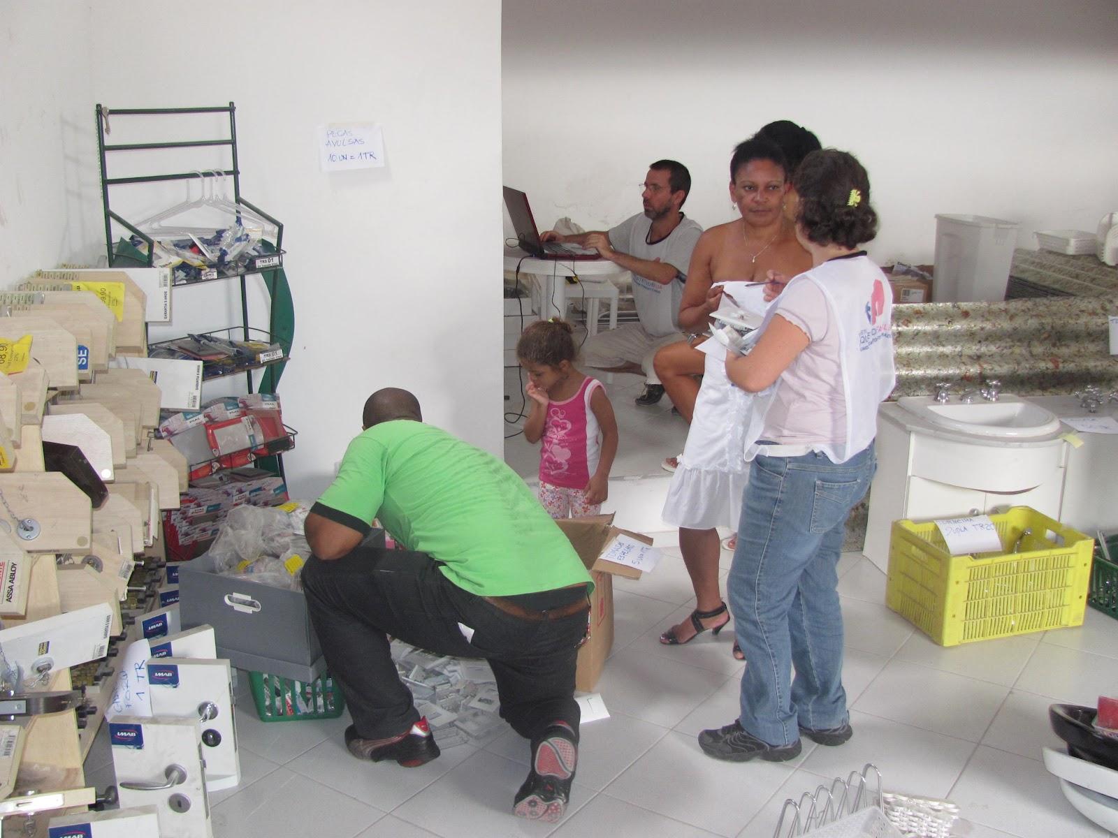 IMG_0042_moradores_feira_troca_3.jpg