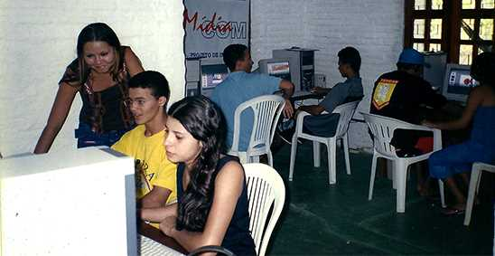 alunos_em_computadores.jpg